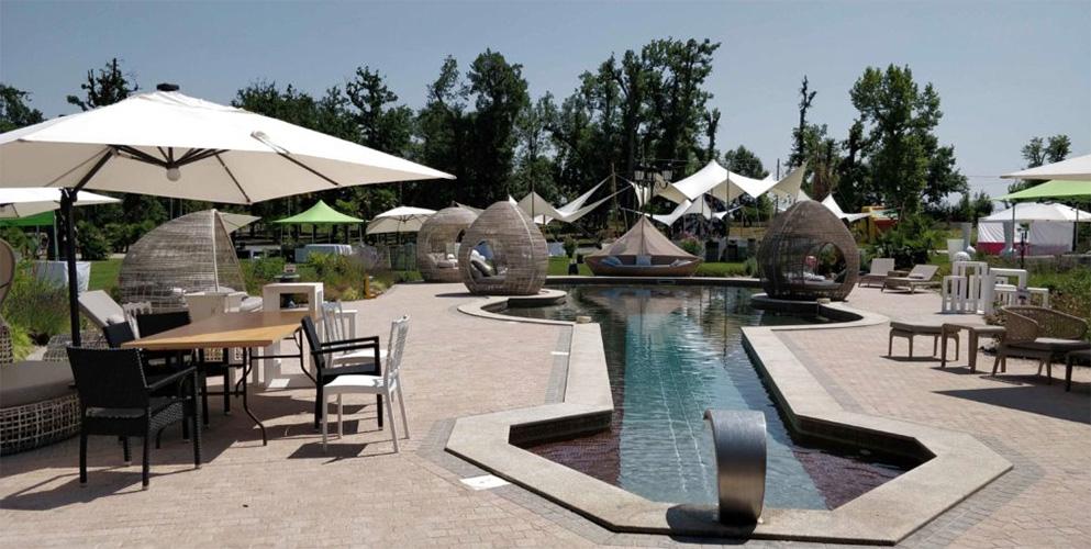 Meetings - Château de la Garrigue, piscine en forme de violon